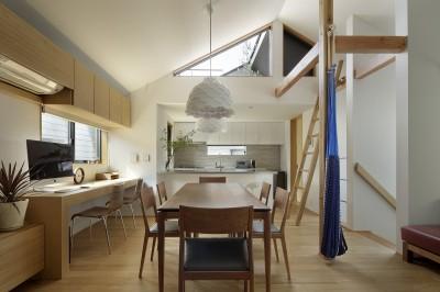 DK (桜上水の住宅 / 半地下と屋上の効果)