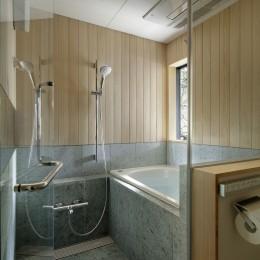 桜上水の住宅 / 半地下と屋上の効果 (浴室)