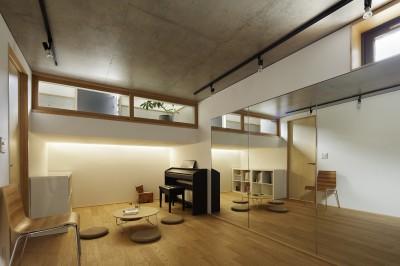 多目的室 (桜上水の住宅 / 半地下と屋上の効果)