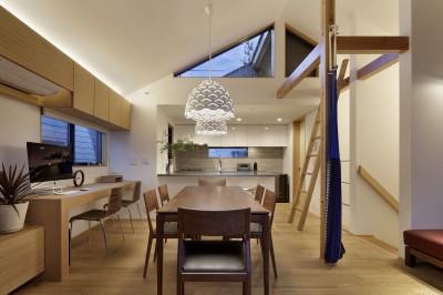 ダイニングキッチン夕景 (桜上水の住宅 / 半地下と屋上の効果)