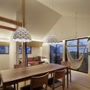 桜上水の住宅 / 半地下と屋上の効果の写真 リビングダイニング夕景