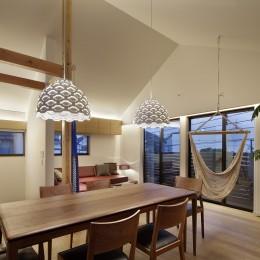 桜上水の住宅 / 半地下と屋上の効果 (リビングダイニング夕景)