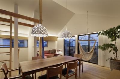 リビングダイニング夕景 (桜上水の住宅 / 半地下と屋上の効果)