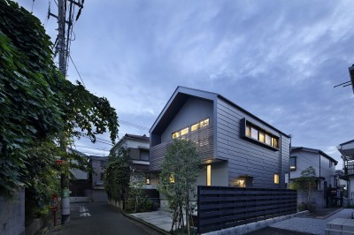 外観夕景 (桜上水の住宅 / 半地下と屋上の効果)
