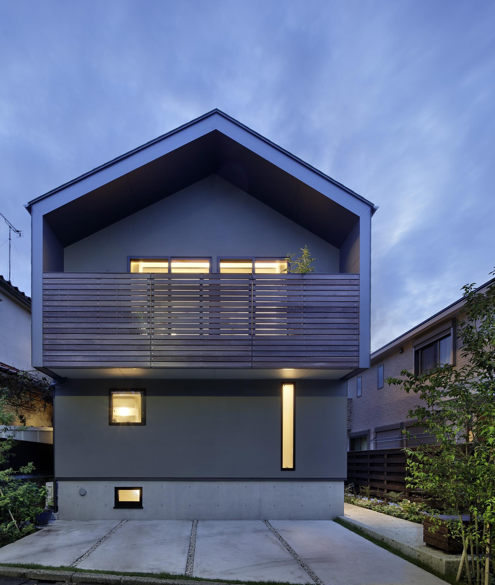 外観事例:外観夕景(桜上水の住宅 / 半地下と屋上の効果)