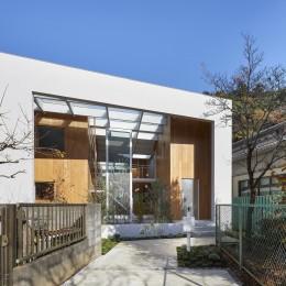 高尾の家  / 2つのテラスと大きなガラスドアで緩やかに自然を取り込む家 (外観)