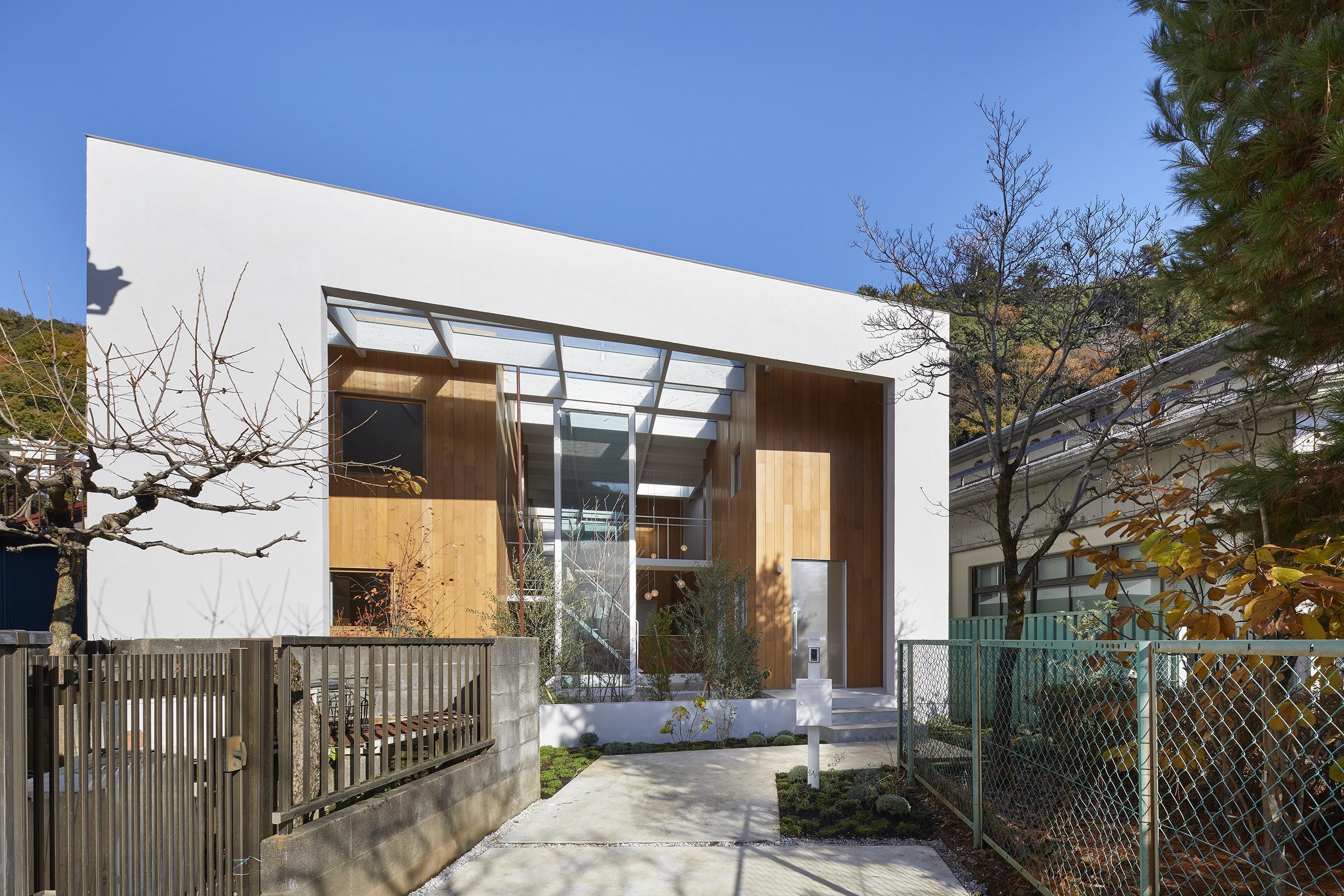 外観事例:外観(高尾の家  / 2つのテラスと大きなガラスドアで緩やかに自然を取り込む家)