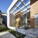 高尾の家  / 2つのテラスと大きなガラスドアで緩やかに自然を取り込む家の写真 ガラス屋根のあるテラス