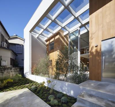 ガラス屋根のあるテラス (高尾の家  / 2つのテラスと大きなガラスドアで緩やかに自然を取り込む家)