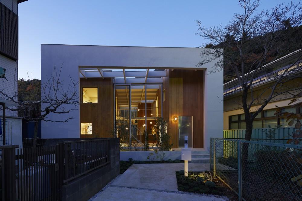 高尾の家  / 2つのテラスと大きなガラスドアで緩やかに自然を取り込む家 (夜景)