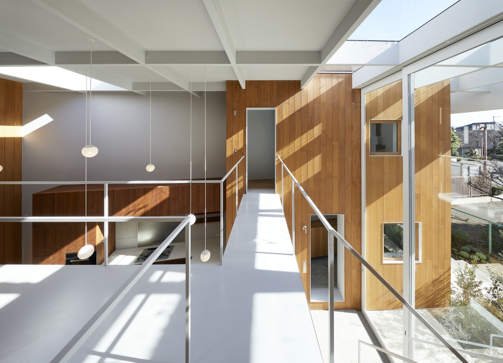 高尾の家  / 2つのテラスと大きなガラスドアで緩やかに自然を取り込む家 (ブリッジ)