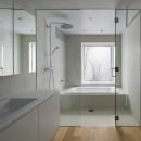高尾の家  / 2つのテラスと大きなガラスドアで緩やかに自然を取り込む家の写真 バスルーム