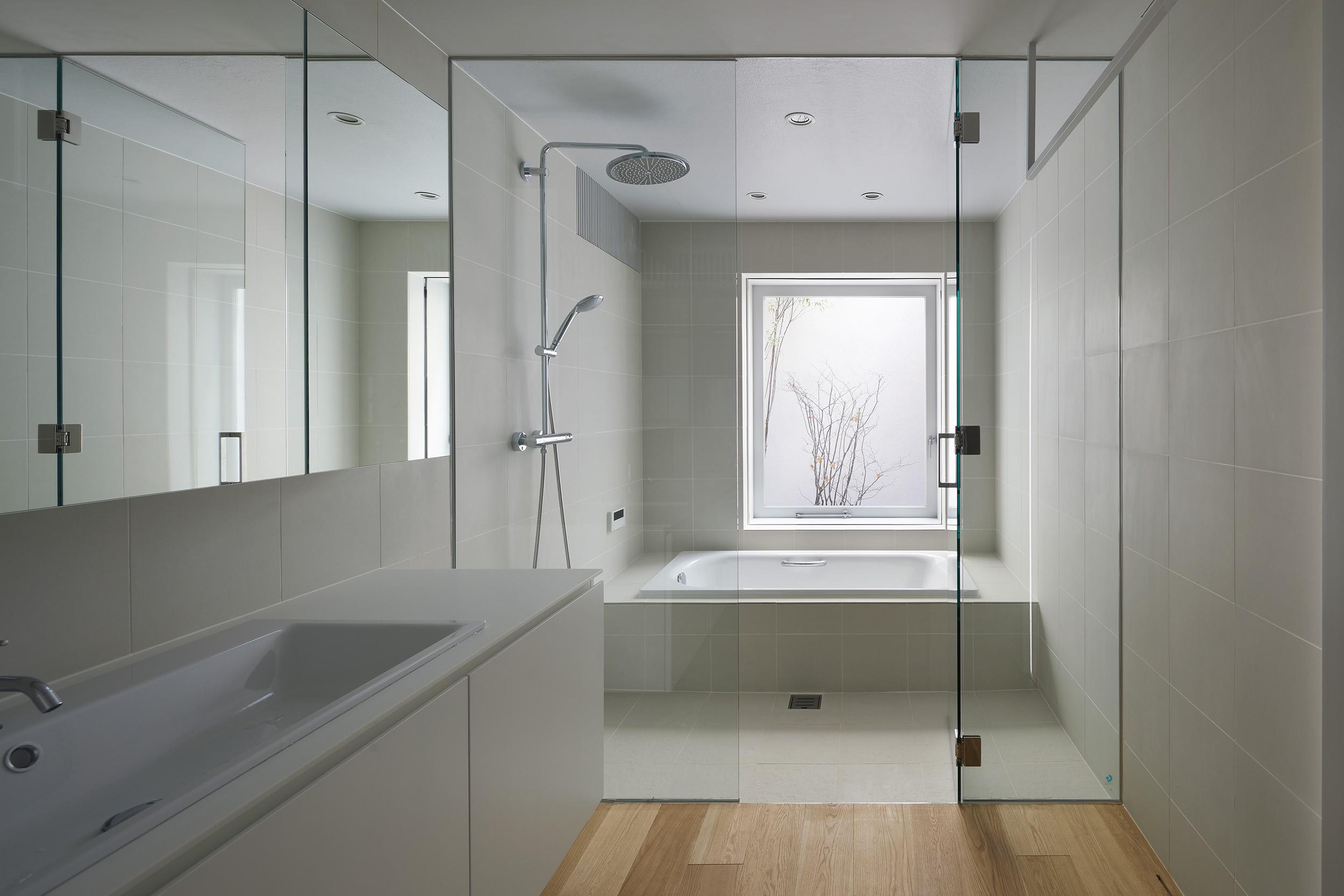 バス/トイレ事例:バスルーム(高尾の家  / 2つのテラスと大きなガラスドアで緩やかに自然を取り込む家)