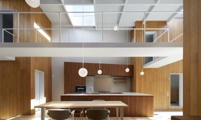 高尾の家  / 2つのテラスと大きなガラスドアで緩やかに自然を取り込む家 (ダイニングキッチン)