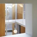 高尾の家  / 2つのテラスと大きなガラスドアで緩やかに自然を取り込む家の写真 子供部屋の小窓