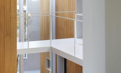 高尾の家  / 2つのテラスと大きなガラスドアで緩やかに自然を取り込む家 (子供部屋の小窓)