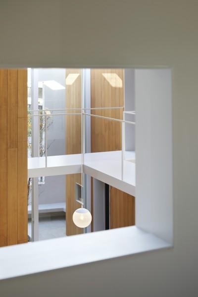 子供部屋の小窓 (高尾の家  / 2つのテラスと大きなガラスドアで緩やかに自然を取り込む家)