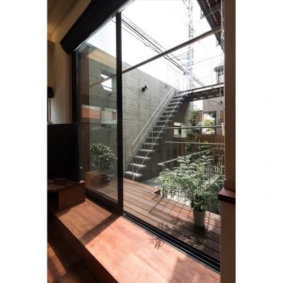 中庭に浮かぶバルコニーが家族をつなぐ二世帯住宅「バルコニーの家」 (中庭・テラス・バルコニー)