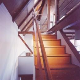 【市川の家】 光を求めて空へとのびるOMソーラーの家 (階段)