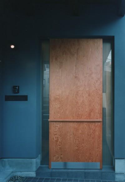 鍵の見えない玄関扉 (【市川の家】 光を求めて空へとのびるOMソーラーの家)