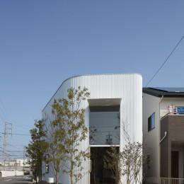 大口の家 / 五角形の曲線を持つデザイナーのアトリエハウス