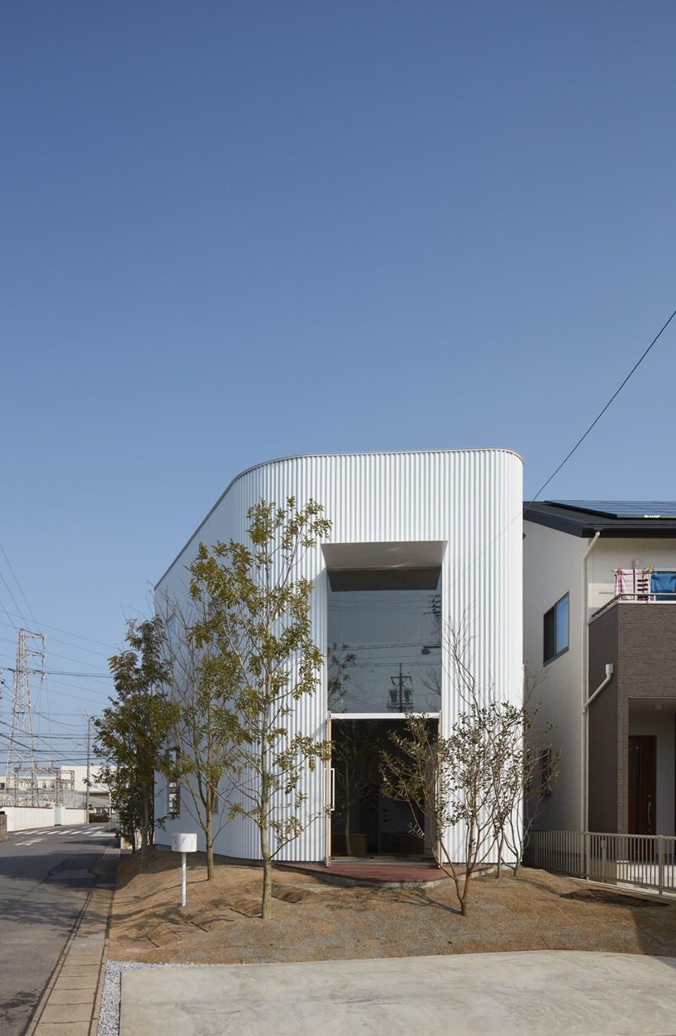 大口の家 / 五角形の曲線を持つデザイナーのアトリエハウス (外観)