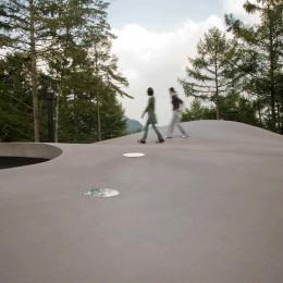 軽井沢カウンターポイント - 森に浮かぶコンクリート屋根の別荘 - (屋根の上で手軽な「山登り」)