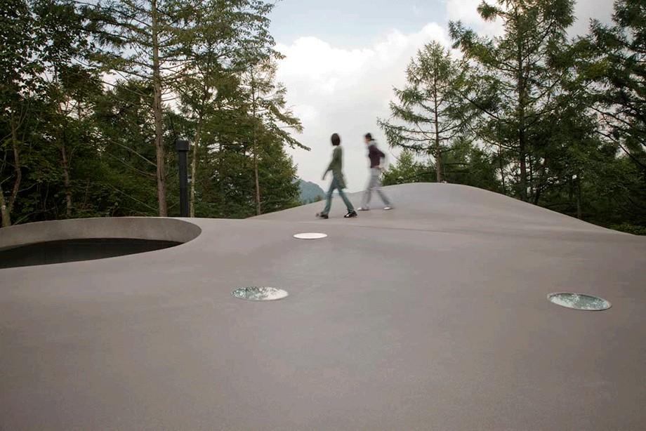 屋根の上で手軽な「山登り」 (軽井沢カウンターポイント - 森に浮かぶコンクリート屋根の別荘 -)