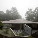 軽井沢カウンターポイント - 森に浮かぶコンクリート屋根の別荘 -の写真 霧に包まれた曲面屋根