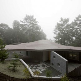 軽井沢カウンターポイント - 森に浮かぶコンクリート屋根の別荘 - (霧に包まれた曲面屋根)
