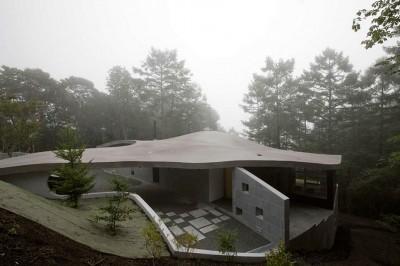 霧に包まれた曲面屋根 (軽井沢カウンターポイント - 森に浮かぶコンクリート屋根の別荘 -)