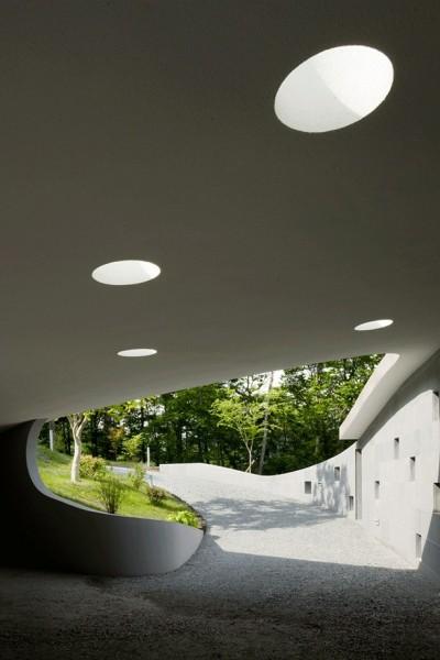 エントランスポーチとトップライト (軽井沢カウンターポイント - 森に浮かぶコンクリート屋根の別荘 -)