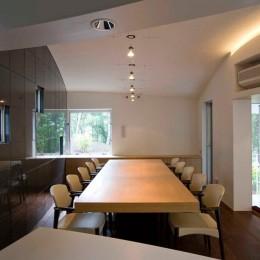 軽井沢カウンターポイント - 森に浮かぶコンクリート屋根の別荘 - (ダイニングスペース)