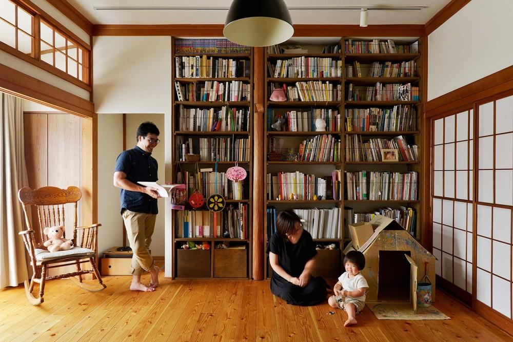 壁一面の造作棚のあるリビング (川崎市H様邸 ~レトロに家を育む~)