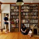 川崎市H様邸 ~レトロに家を育む~の写真 壁一面の造作棚のあるリビング