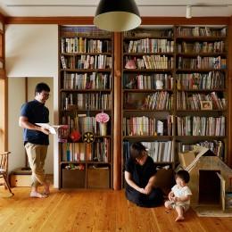 川崎市H様邸 ~レトロに家を育む~ (壁一面の造作棚のあるリビング)