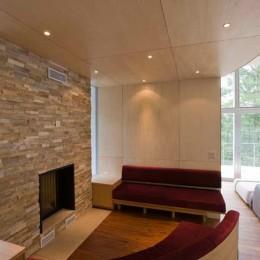 軽井沢カウンターポイント - 森に浮かぶコンクリート屋根の別荘 - (暖炉コーナー)