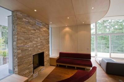 暖炉コーナー (軽井沢カウンターポイント - 森に浮かぶコンクリート屋根の別荘 -)