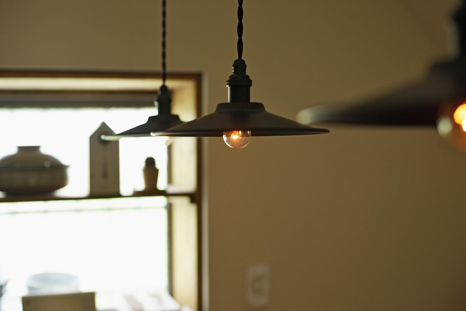 キッチン事例:キッチンのレトロな照明(川崎市H様邸 ~レトロに家を育む~)