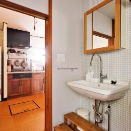 川崎市H様邸 ~レトロに家を育む~ (洗面スペースはレトロチックな素材を組み合わせて)