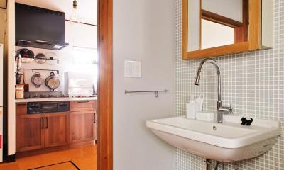 洗面スペースはレトロチックな素材を組み合わせて|川崎市H様邸 ~レトロに家を育む~