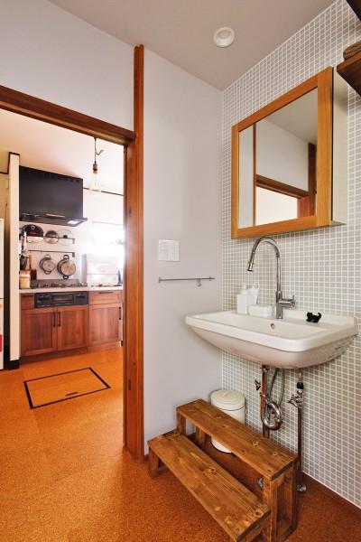 洗面スペースはレトロチックな素材を組み合わせて (川崎市H様邸 ~レトロに家を育む~)