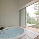 軽井沢カウンターポイント - 森に浮かぶコンクリート屋根の別荘 -の写真 テラス越しに外部に開かれた浴室