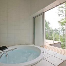 軽井沢カウンターポイント - 森に浮かぶコンクリート屋根の別荘 - (テラス越しに外部に開かれた浴室)