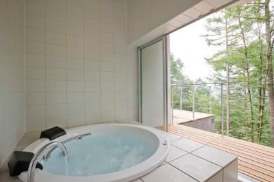 テラス越しに外部に開かれた浴室 (軽井沢カウンターポイント - 森に浮かぶコンクリート屋根の別荘 -)
