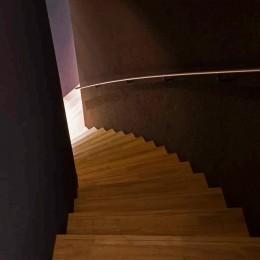 軽井沢カウンターポイント - 森に浮かぶコンクリート屋根の別荘 - (1階へとつながる廻り階段)
