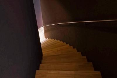1階へとつながる廻り階段 (軽井沢カウンターポイント - 森に浮かぶコンクリート屋根の別荘 -)