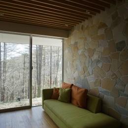 軽井沢カウンターポイント - 森に浮かぶコンクリート屋根の別荘 - (ゲスト用の小さなリビング)