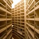 軽井沢カウンターポイント - 森に浮かぶコンクリート屋根の別荘 -の写真 図書館のようなワインセラー