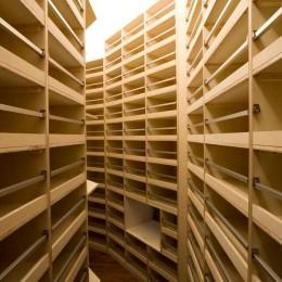 軽井沢カウンターポイント - 森に浮かぶコンクリート屋根の別荘 - (図書館のようなワインセラー)